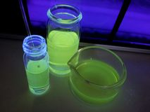 Produto químico fluorescente em uma garrafa Imagem de Stock