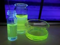 Produto químico fluorescente em uma garrafa Foto de Stock