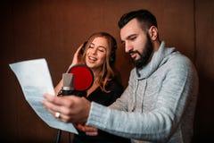 Produtor da música e cantor fêmea nos fones de ouvido fotografia de stock