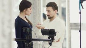 Produtor e operador durante o processo de trabalho filme