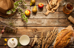 Produtos alimentares locais naturais na tabela de madeira do vintage Imagens de Stock