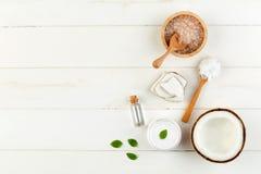 Produtos caseiros do coco no fundo de madeira branco da tabela Óleo, imagens de stock royalty free
