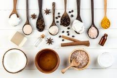 Produtos caseiros do coco no fundo de madeira branco da tabela Óleo, imagem de stock royalty free