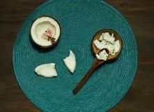 Produtos caseiros do coco no fundo de madeira da tabela Copie o espaço, n fotos de stock royalty free
