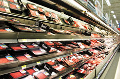 Produtos da carne e das aves domésticas em prateleiras Fotografia de Stock