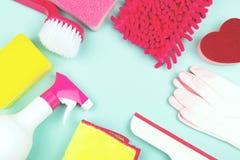 Produtos da limpeza da primavera em claro - fundo verde imagens de stock