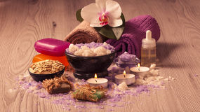 Produtos da natureza dos termas O sal do mar, esfrega, sabão e óleo aromático Fotografia de Stock