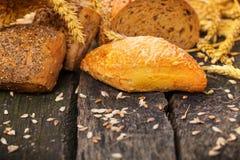 Produtos da padaria na madeira Fotografia de Stock Royalty Free