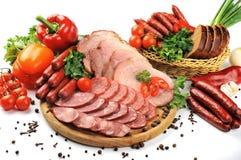 Produtos da salsicha e de carne em um fundo branco fotos de stock