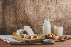 Produtos da soja como, vintage do leite, do tofu e do molho fotografia de stock
