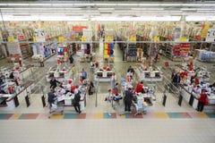 Produtos da verificação de caixas no superstore de Auchan Fotografia de Stock
