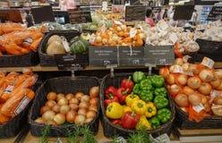 Produtos da vitamina da variedade nas frutas e legumes fotografia de stock royalty free