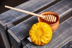 Produtos das abelhas do mel Imagens de Stock Royalty Free