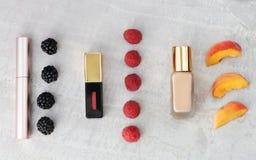 Produtos de beleza, composição diária com bagas e pêssego para a comparação da cor Copie o espaço Fotografia de Stock Royalty Free