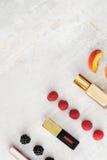 Produtos de beleza, composição diária com bagas e pêssego para a comparação da cor Copie o espaço Imagem de Stock