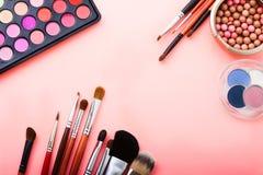 Produtos de beleza para a composição Sombras, escovas Cosméticos no fundo cor-de-rosa Vista superior Zombaria acima Copie o espaç imagens de stock