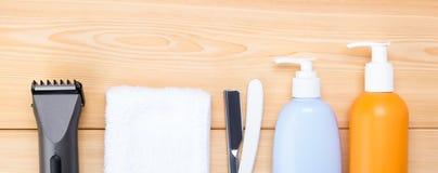 Produtos de higiene para homens em um fundo de madeira claro, cuidado de pêlos faciais Fotografia de Stock Royalty Free