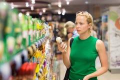 Produtos de higiene pessoal de compra da mulher no supermercado Imagem de Stock