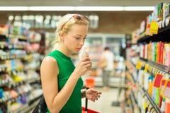Produtos de higiene pessoal de compra da mulher no supermercado Foto de Stock