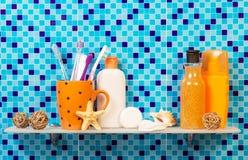 Produtos de higiene pessoal na prateleira no banheiro Foto de Stock Royalty Free