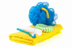 Produtos de higiene: sabão, escova de dentes e pasta, bucha, toalha isolada no fundo branco Imagens de Stock Royalty Free
