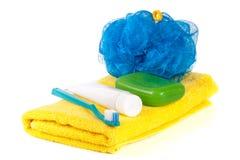 Produtos de higiene: sabão, escova de dentes e pasta, bucha, toalha isolada no fundo branco Imagem de Stock
