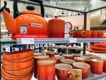 Produtos de Le Creuset indicados em uma loja foto de stock royalty free