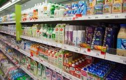 Produtos de leite em prateleiras do supermercado local do russo imagens de stock royalty free
