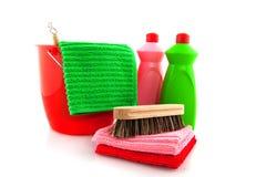 Produtos de limpeza com cubeta vermelha Fotografia de Stock Royalty Free