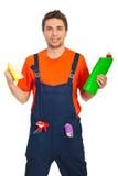 Produtos de limpeza da preensão do homem do trabalhador Imagens de Stock