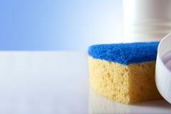 Produtos de limpeza na opinião honesto do fim branco da tabela Imagens de Stock Royalty Free