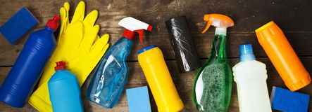 Produtos de limpeza na superfície de madeira Conceito da limpeza da casa Vista aérea De cima de foto de stock