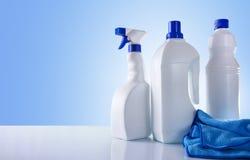 Produtos de limpeza na vista geral branca da tabela Foto de Stock Royalty Free
