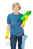 Produtos de limpeza sênior da terra arrendada da mulher Fotografia de Stock
