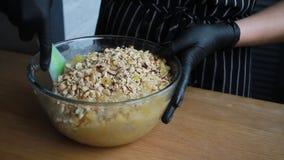 Produtos de mistura para a massa do bolo, o processo completo de fazer um bolo, metragem conservada em estoque vídeos de arquivo