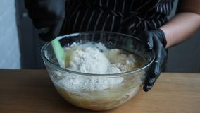 Produtos de mistura para a massa do bolo, ovos da mistura, farinha, açúcar, porcas, banana, o processo completo filme