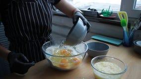 Produtos de mistura para a massa do bolo, ovos da mistura, farinha, açúcar, porcas, banana, o processo completo de fazer um bolo, filme