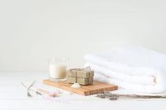 Produtos de Welness no fundo de madeira claro Fotografia de Stock Royalty Free