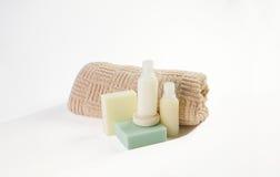 Produtos do banheiro dos arti'culos de tocador, gel do chuveiro do champô   Foto de Stock Royalty Free