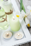 Produtos do banho, velas, fundo de madeira Fotografia de Stock