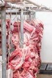 Produtos do carniceiro Porcos processados que penduram na casa de chacina Imagens de Stock
