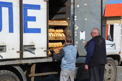 Produtos do carregamento da camionete do pão da padaria Fotografia de Stock
