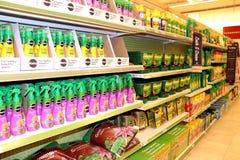Produtos do gramado e do jardim em uma loja imagem de stock