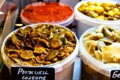 Produtos do russo, cogumelos conservados em umas cubetas no contador de Imagem de Stock Royalty Free