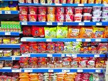 Produtos dos macarronetes imediatos vendidos em uma mercearia imagens de stock
