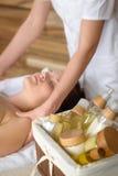 Produtos dos termas da beleza no quarto da massagem Foto de Stock Royalty Free