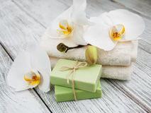 Produtos dos termas e orquídeas brancas Fotografia de Stock