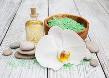 Produtos dos termas e orquídeas brancas Fotos de Stock Royalty Free