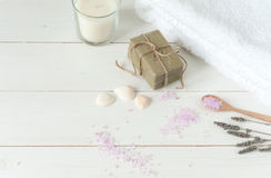 Produtos dos termas no fundo de madeira claro Fotografia de Stock Royalty Free