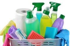 Produtos e fontes de limpeza em uma cesta. fotos de stock